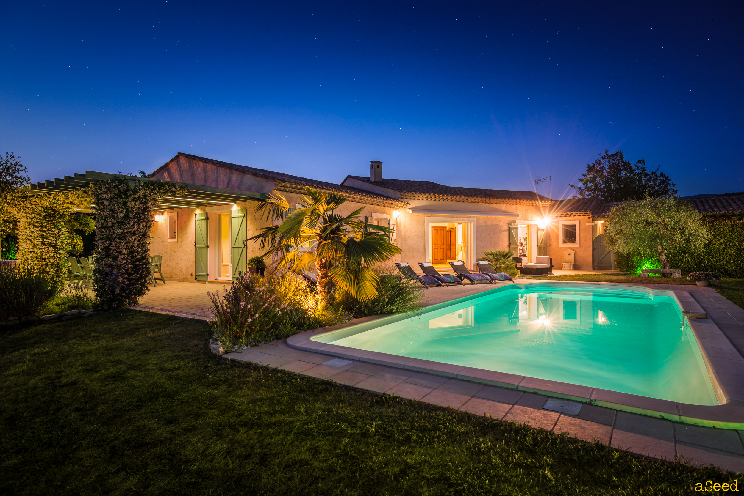 Photo nocture villa provencale avec piscine